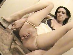 Зрелая красоткам в домашнем видео сняв трусики демонстрирует дырочку