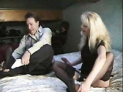 Любовники лижут попу зрелой французской блондинке перед анальным сексом втроём