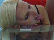 Блондинка в любительском видео со стеклянной столешницы слизывает сперму