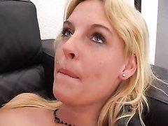 Блондинка с маленькими сиськами на собеседовании предложила домашний секс