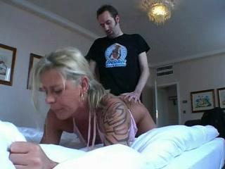 Татуированная зрелая блондинка в домашнем немецком видео жёстко натянута в постели