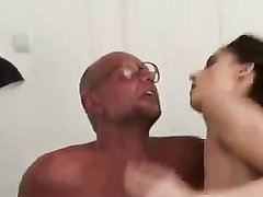 Зрелый развратник в очках лижет попу молодой шлюхе в любительском видео