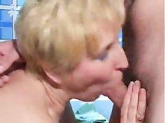 В домашнем видео зрелая русская блондинка дрочит киску перед интимом со студентом