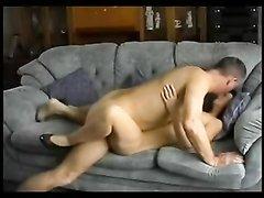 Перед скрытой камерой на диване зрелая парочка предалась домашнему сексу