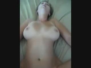 Загорелая жена в домашнем видео балдеет от жёсткой интимной близости в мужем