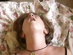 Аппетитная женщина в домашнем видео сладко стонет в ходе мастурбации клитора
