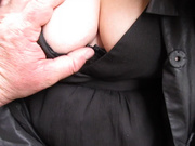 Зрелая толстуха в чулках в любительском видео показывает киску крупным планом