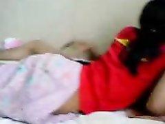 После любительского минета азиатка на видео со скрытой камеры оседлала член