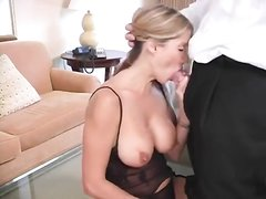 Фигуристая зрелая блондинка в чулках на кухне предалась домашнему сексу
