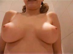 Молодые лесбиянки в ванной занялись любительской мастурбацией с секс игрушками