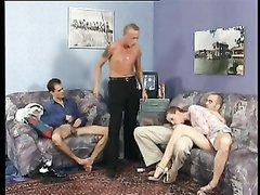 Зрелая нимфоманка пришла к знакомым для любительского группового секса