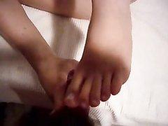 Любительский фут фетиш в видео от первого лица с окончанием на ноги партнёрши