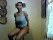 Фигуристая негритянка на вебкамеру онлайн танцует домашний стриптиз