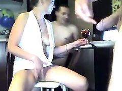 Зрелая дама перед вебкамерой устроила секс втроём с молодыми любовниками