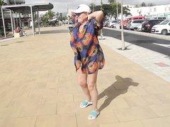 Зрелая мокрая домохозяйка в горячем видео гуляет по городу без трусиков