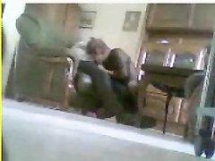 Перед скрытой камерой зрелая пара балдеет от домашнего орального секса