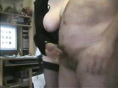 Онлайн домашнюю мастурбацию члена на вебкамеру устроила зрелая толстуха в чулках