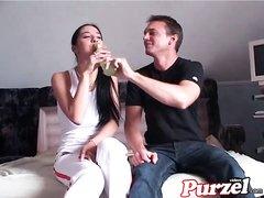 В любительском анальном видео парень вылизывает мокрую киску проститутки
