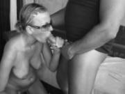 Сделав минет красотка снимает купальник для домашнего секса с поклонником