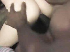 Белая девушка в домашнем видео отсасывает огромный чёрный член и сжимает яйца
