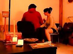 На собеседовании брюнетке предложили любительский секс перед скрытой камерой