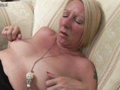 Ухоженная зрелая блондинка в домашнем видео с мастурбацией достигает сквиртинга