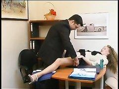 Русская зрелая секретарша в домашнем видео соблазнила начальника в кабинете