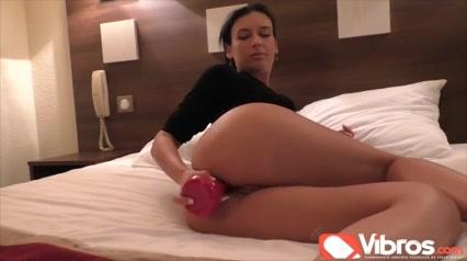 Французская брюнетка для домашней анальной мастурбации применяет секс игрушку