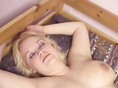 В домашнем лесбийском видео зрелые женщины с большими сиськами ласкаются