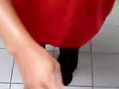 Негритянка в очках делает любительский минет продавцу в видео от первого лица