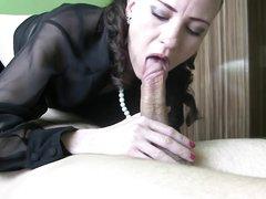 Красивая любительница орального секса обмотав член ожерельем делает минет