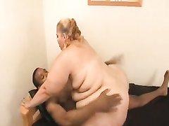 Белая толстуха с огромной задницей и негр легли в постель для любительского секса