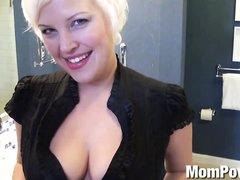 Шаловливая зрелая блондинка в видео от первого лица строчит любительский минет