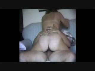 Загорелая зрелая дама в домашнем видео изменяет мужу перед скрытой камерой