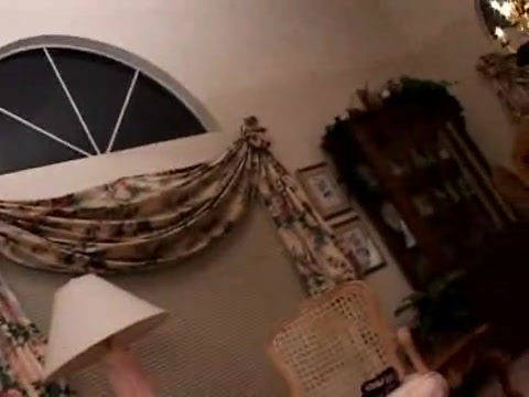 Изящная блондинка с бритой щелью в любительском видео трахается и сосёт