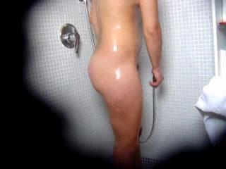 Онлайн любительское подглядывание за купанием фигуристой девушкой в ванной