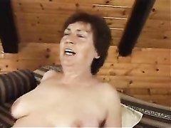 Пышная зрелая развратница в любительском видео прыгает на молодом члене