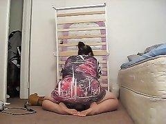 Скрытая камера сняла на видео домашнюю разминку зрелой толстухи с огромной задницей