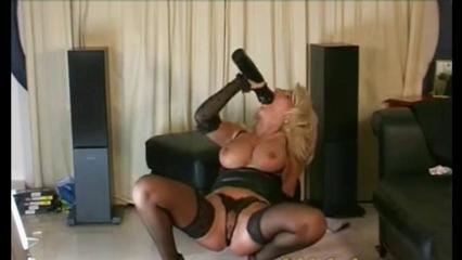 Надев чулки и корсет зрелая блондинка достала секс игрушку для любительской мастурбации