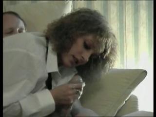 Зрелая бизнес леди в чулках изменяет мужу в любительском видео с водителем