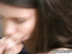 В видео от первого лица скромная девушка нежно строчит любительский минет