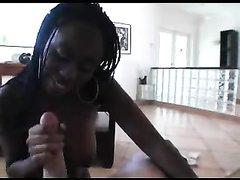 В домашнем видео от первого лица белый парень трахает негритянку с круглой попой