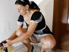 Зрелая горничная с шикарной попой в любительском видео увлеклась мастурбацией