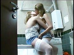Худые домохозяйки в чулках в русском лесбийском видео ласкаются на кухне