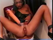 Зрелая домохозяйка сидя на унитазе с секс игрушкой дрочит киску до сквиртинга