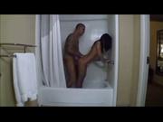 В ванной и постели парочка наслаждается домашним сексом с окончанием в рот