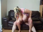 Толстая зрелая блондинка с огромными сиськами в любительском видео верхом на члене