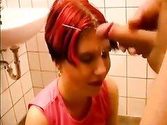 В немецком видео курящая рыжая дамочка после домашнего минета трахается в наклоне