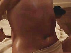 Загорелая девушка с маленькими сиськами в домашнем видео дрочит на вебкамеру