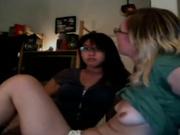 Блондинка с азиаткой перед вебкамерой увлеклись любительским лесбийским сексом